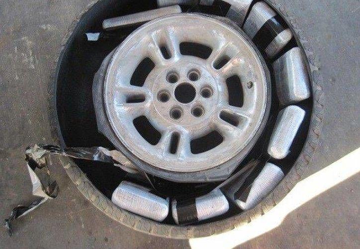 La droga fue encontrada oculta en la llanta de refacción del vehículo que conducía la mujer. (Oficina de Aduanas y Protección Fronteriza)