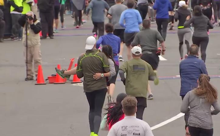 El maratón de Filadelfia dejó para la posteridad una emotiva escena. (Milenio).