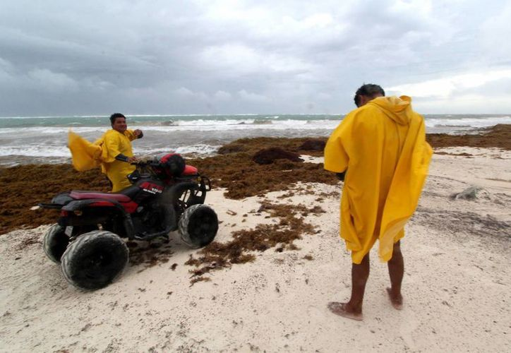 El disturbio tropical está causando intensas lluvias y fuertes vientos en el litoral de Yucatán y Campeche, al igual que en Quintana Roo. (Notimex)