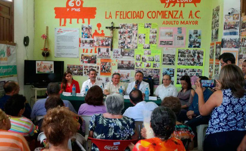 La Secretaría de Salud difundió, ante ancianos de una asociación civil, una campaña para evitar la depresión y el suicidio. (José Salazar/SIPSE)