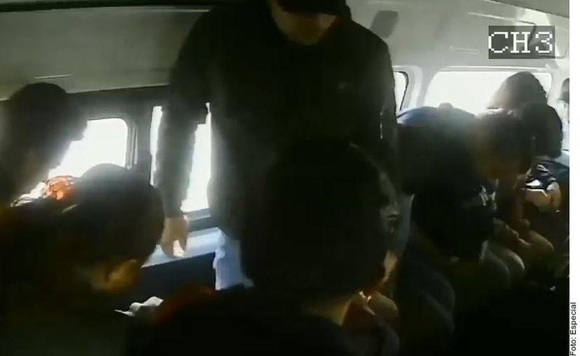 Dos hombres asaltaron una combi de pasajeros que circulaba sobre la autopista México-Puebla. (Agencia Reforma)