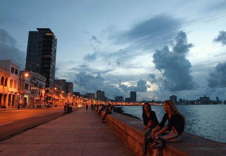 La juventud habanera se congrega todas las tardes en el Malecón para convivir con amigos y familiares. (destinosa1.com)