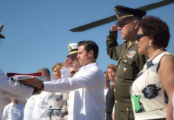 Peña Nieto abanderó la Patrulla Oceánica ARM Chiapas en Guaymas, Sonora, donde encabezó la conmemoración oficial del Día de la Armada de México. (Presidencia)