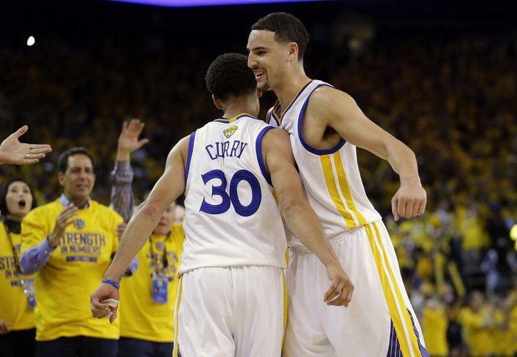 Steve Curry (30) aportó 25 puntos en el encuentro. (Foto: AP)