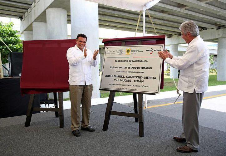 El titular de la SCT y el jefe del Ejecutivo estatal inauguraron el distribuidor vial de Chichí Suárez. (Milenio Novedades)