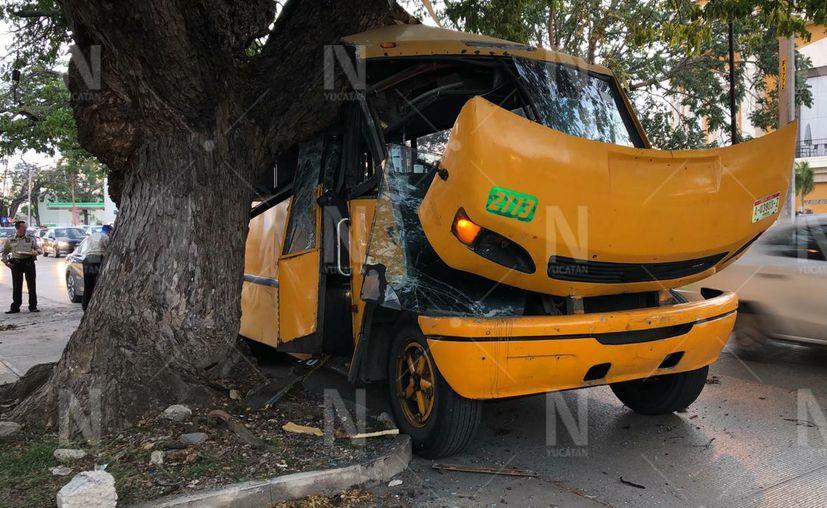 Por la fuerza del impacto, el camión terminó en chatarra. (Novedades Yucatán)