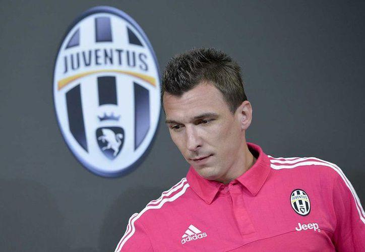 Mario Mandzukic pisó por primera vez el estadio de su nuevo club, la Juventus, en la que fue su presentación oficial. En la foto se ve al delantero croata durante la conferencia de prensa. (juventus.com)