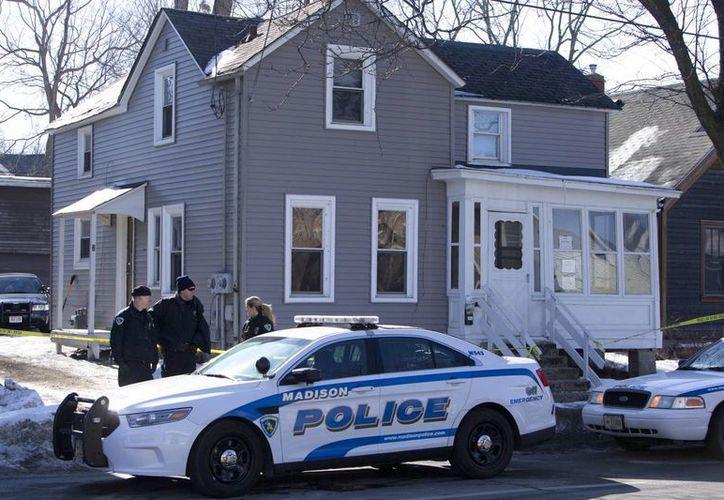 La policía de Madison investiga la escena donde fue baleado el joven de 19 años, en Madison, Wisconsin. (Agencias)
