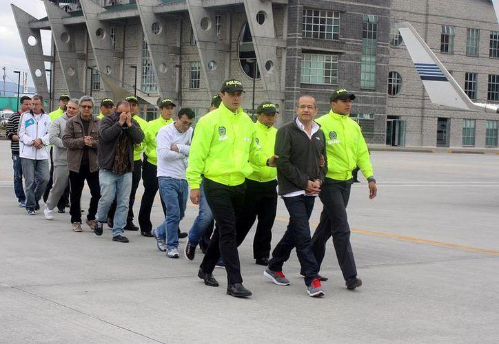 Foto cedida por la Policía Nacional de Colombia de la extradición de 18 colombianos hacia Estados Unidos y España este 12 de diciembre de 2013, en Bogotá. (EFE)