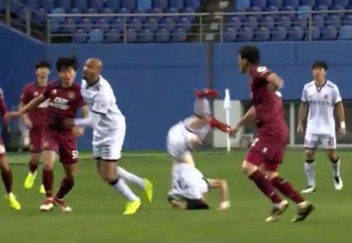 El coreano Lee Seung-mo, quien juega para el Gwangju FC, sufrió una fractura en el cuello y en la mano de su dedo. (Captura de video)