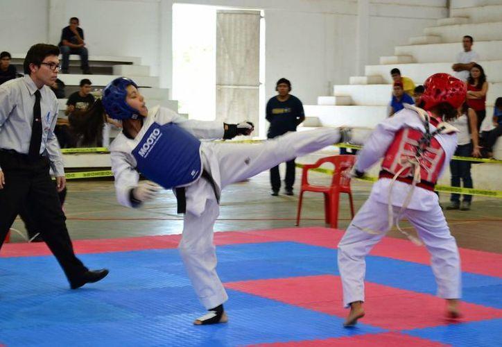Los deportistas buscan destacar en cada uno de los combates. (Manuel Salazar/SIPSE)
