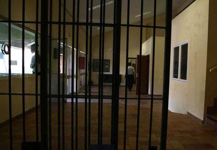 En Inglaterra, una mujer que estaba presa abortó y no recibió atención sino hasta 3 días después; además, fue obligada  limpiar la sangre de su celda. Imagen de contexto de una prisión femenil. (20minutos.es)