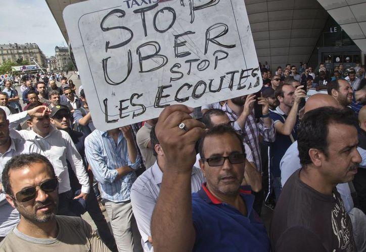 En París y otras ciudades francesas, cientos de taxistas se manifestaron en contra del servicio Uber, que por cierto es una aplicación ilegal en Francia, pero muy popular. (AP)
