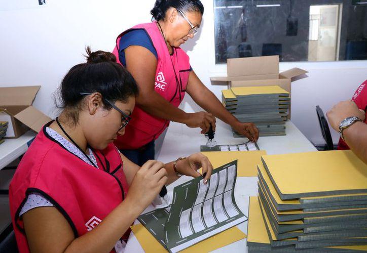 Ardua labor de conteo y sellado de boletas realizan 300 personas. (Foto: Milenio Novedades)