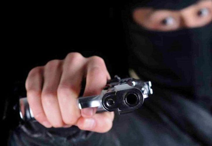 Sujetos asaltan o secuestran a la persona y la obligan a realizar retiros de sus cuentas bancarias. (Contexto)