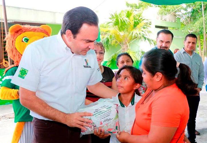 El Secretario de Desarrollo Social entregó algunos paquetes nutrimentales. (Milenio Novedades)