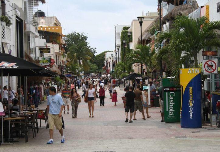 La Quinta Avenida está concurrida por visitantes nacionales y extranjeros. (Alida Martínez/SIPSE)