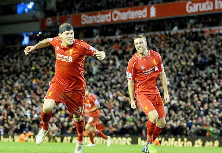 El defensa del Liverpool Martin Skrtel (I) celebra el gol del empate logrado a última hora ante el Arsenal. (EFE)