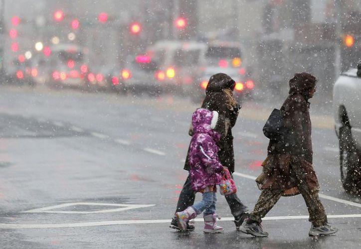 Peatones cruzan una calle en Newark, New Jersey. (Agencias)