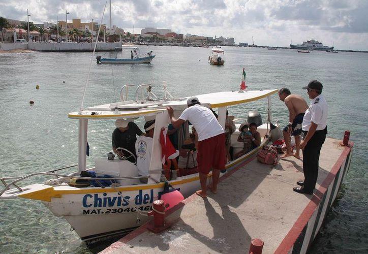 Inspeccionan que los tripulantes porten el permiso de acceso al Parque Marino, seguros para pasajeros y certificado de seguridad. (Julián Miranda/SIPSE)