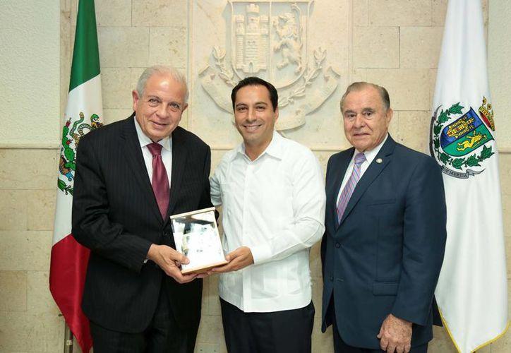 De i a d: el alcalde de Miami Tomás Pedro Regalado; el alcalde de Mérida, Mauricio Vila, y David Mico,cónsul general de Estados Unidos. (Foto cortesía)
