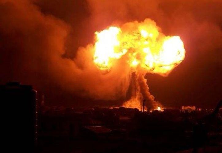 Una fuerte explosión de un camión cisterna se registró en una gasolinera de Ghana. (Foto: @PulseGhana)