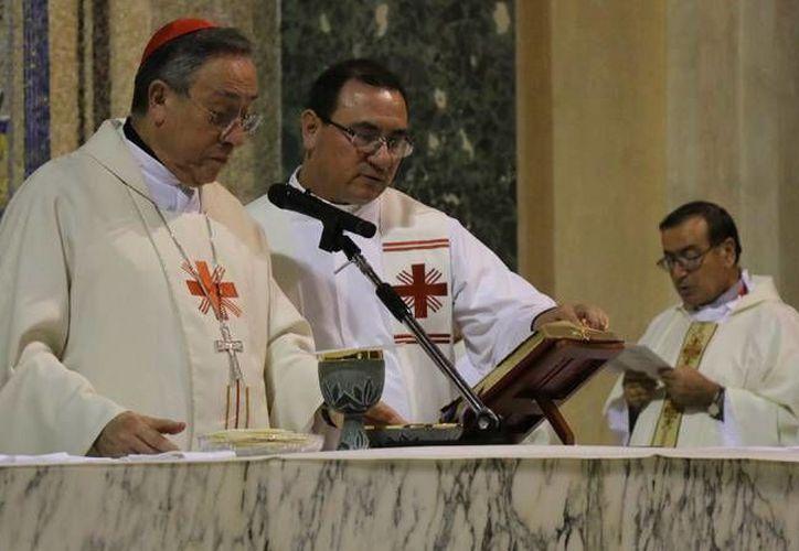 El sacerdote Patricio Sarlat Flores (der) haló sobre su servicio sacerdotal y de cómo festejará su aniversario como cura. (Cortesía)