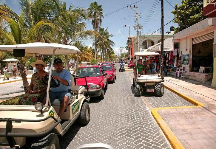 Isla Mujeres es uno de los principales atractivos de Q.Roo, los turistas toman carritos de golf para recorrer la zona.  (Contexto/Internet)