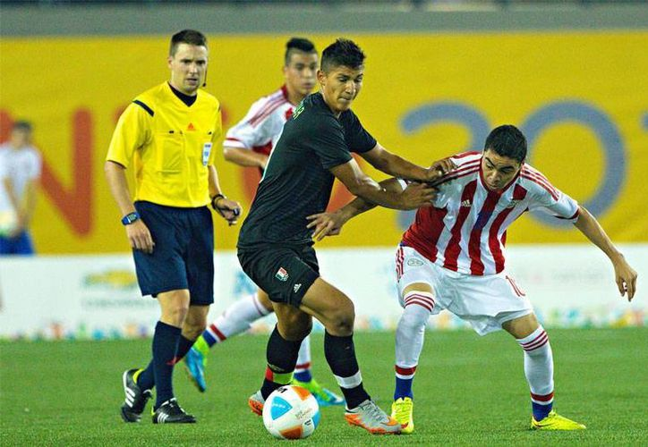 México (i), que hace 4 años fue campeón en futbol soccer varonil en los Panamericanos jugados en México, ahora empezó su aventura en Toronto con un 1-1 ante Paraguay. (futboltotal.com.mx)