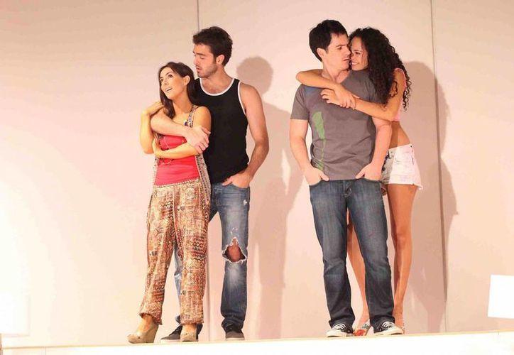 En la obra teatral Cuatro XXXX actúan Mauricio Ochmann, Claudia Lizaldi, Pablo Lyle y Fernanda Vizuet. (Notimex)