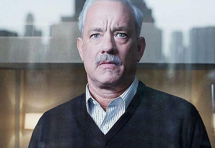 Tom Haks cumple 60 años como uno de los actores más respetados de Hollywood. Imagen promocional de su nueva cinta llamada Sully, donde da vida al capitán retirado Chesley Sullenberge. (Agencias)