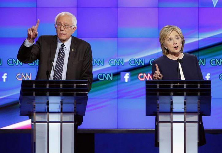 Hillary Rodham Clinton (d) y el senador Bernie Sanders durante el primer debate demócrata de los aspirantes a la presidencia de Estados Unidos, la noche de este martes en Las Vegas, Nevada. (AP)