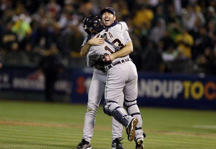 Verlander (d) abraza al catcher Alex Avila.  (Agencias)