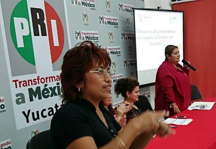 En la mesa panel 'Yucatán incluyente contra la discriminación', que organizó la Fundación Colosio Yucatán, se incluyó a una intérprete de lenguaje de señas. (SIPSE)