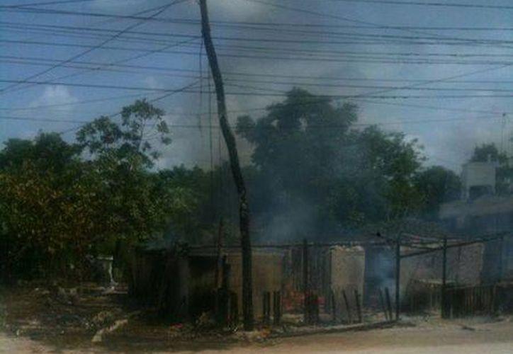 El incendio fue controlado por los elementos del Cuerpo de Bomberos. (Redacción/SIPSE)
