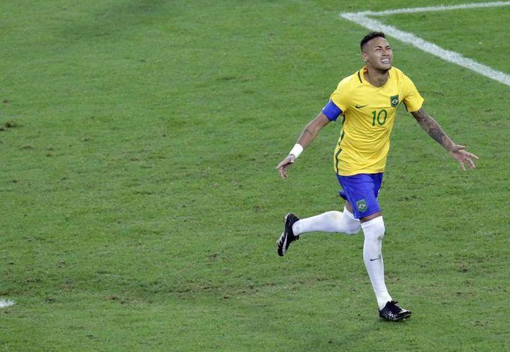 Con un sobresaliente Neymar, Brasil consiguió este sábado el oro olímpico en futbol varonil por primera vez en su historia. (AP /Luca Bruno)