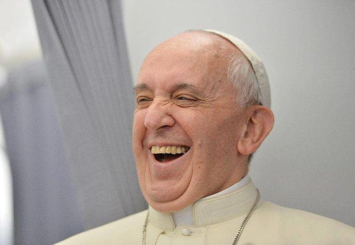 El Papa daba a su sobrino el chupón mojado con vino para que dejara de llorar, según el libro de la periodista  Elisabetta Piqué. (Archivo/Agencias)