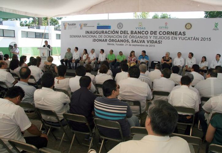 Sara Blancarte de Zapata, titular del DIF Yucatán, y el secretario de Salud estatal, Jorge Mendoza Mézquita, presidieron la inauguración del Banco de Córneas. (Fotos. SIPSE)