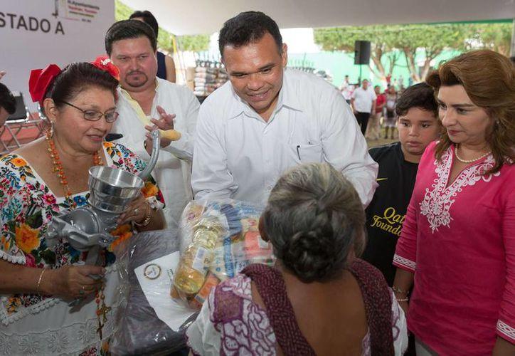 El gobernador Rolando Zapata Bello durante una gira por Yucatán en la víspera de Navidad. (SIPSE)