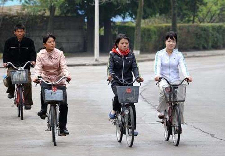 En Corea del Norte se impide a las mujeres subirse a una bicicleta, incluso si es manejada por un hombre.  (curriqui.es)