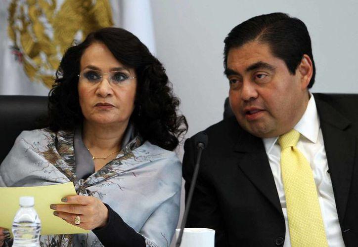 Barbosa deberá guardar reposo por orden de sus médicos. En la imagen, con la senadora Dolores Padierna. (Archivo/Notimex)