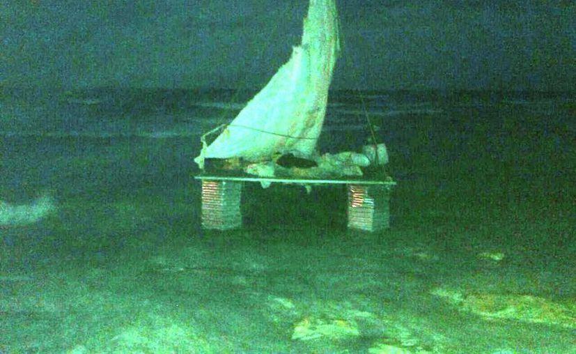 La endeble balsa y sus cinco tripulantes fueron puestos a disposición de la Secretaría de Marina-Armada de México. (Rossy López/SIPSE)