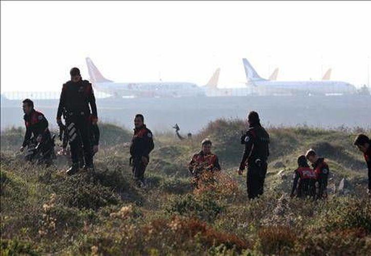 Policías turcos buscan evidencias en donde falleció una de las dos trabajadoras heridas por una explosión en el aeropuerto Sabiha Gökçen, de Estambul. (EFE)