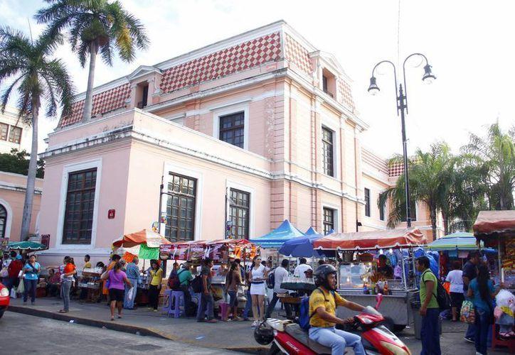 Parte de los ambulantes que serán reubicados trabajan en la explanada, frente a los Portales. (Juan Albornoz/SIPSE)