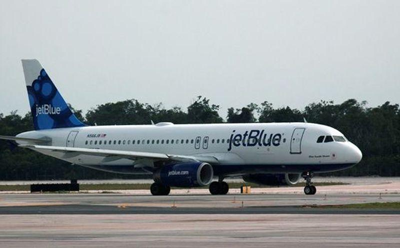 Niña pateó un asiento y aerolínea expulsó a familia del vuelo