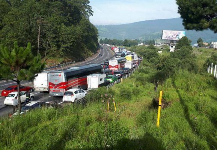Ejidatarios bloquearon la autopista México-Puebla, para exigir claridad en la poseción de sus tierras. (Twitter/@luisenlin)