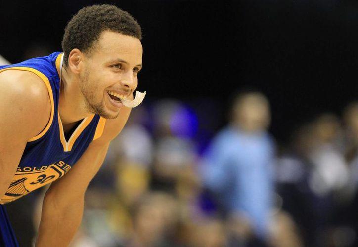 Stephen Curry bate una marca de la NBA con 128 partidos seguidos con al menos un triple. En la imagen, el base de los Warriors de Golden State guard Stephen Curry. (EFE/Archivo)