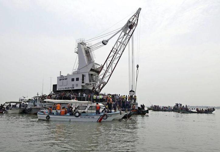 El navío MV Rustom, encargado de localizar los restos de la embarcación de pasajeros hundida en una zona fluvial del centro de Bangladesh, continúa su trabajo. (EFE)
