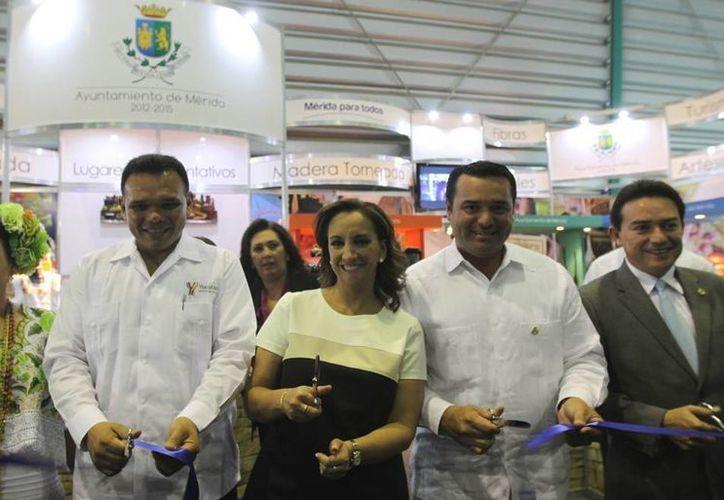 De i a d: la presidenta del DIF de Yucatán, el gobernador de Yucatán, la secretaria de Turismo nacional, el alcalde meridano y el senador Daniel Avila. (Cortesía)
