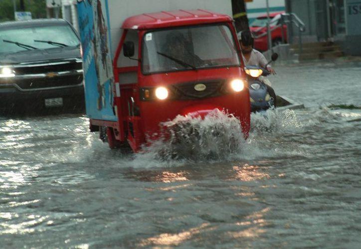 La precipitación pluvial de la tarde de este martes estuvo acompañada de truenos y relámpagos por más de dos horas. (Jorge Acosta/ Milenio Novedades)